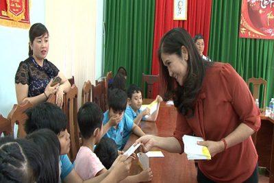 Phó chủ tịch UBND tỉnh Tôn Thị Ngọc Hạnh thăm, tặng quà trẻ khuyết tật