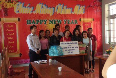 Câu lạc bộ Hành trình yêu thương thăm và tặng quà cho các em học sinh Trung tâm hỗ trợ phát triển giáo dục hòa nhập