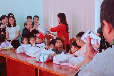 Ngày 21/3, Hội Bảo trợ người khuyết tật và trẻ mồ côi TP. Hồ Chí Minh phối hợp với Hội Chữ thập đỏ tỉnh tổ chức trao tặng 24 suất quà cho các em ở Trung tâm hỗ trợ, phát triển giáo dục hòa nhập tỉnh