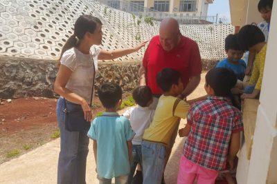 Giám đốc Trung tâm Ngôi nhà may mắn Tp. HCM đến thăm Trung tâm hỗ trợ phát triển giáo dục hòa nhập tỉnh Đăk Nông