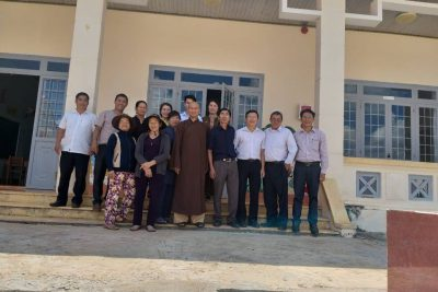 Thầy trụ trì chùa Trúc Lâm đến thăm và chuẩn bị 35 xuất cơm chay cho các em học sinh