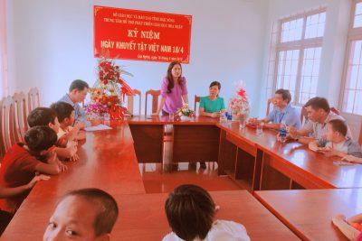 Lãnh đạo UBND tỉnh Đắk Nông, lãnh đạo Sở GDĐT tỉnh Đăk Nông thăm và tặng quà cho các cháu tại Trung tâm hỗ trợ phát triển giáo dục hòa nhập tỉnh ngày người khuyết tật Việt Nam 18/4/2018