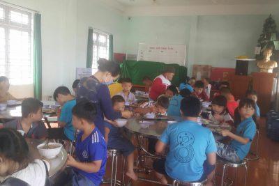Bữa ăn của học sinh khuyết tật tại Trung tâm hỗ trợ phát triển giáo dục hòa nhập tỉnh Đăk Nông